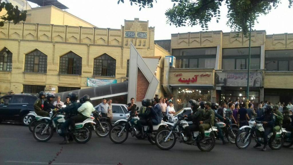تجمع مسالمت آمیز صد ها نفر در شهر تبریز که با دخالت یگان ویژه به خشونت کشیده شد